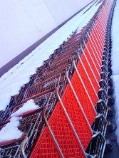 wózki sklepowe na parkingu
